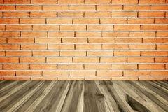 与老砖墙的透视木板条地板或步行方式 免版税库存照片