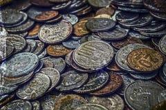 与老硬币的老照片 免版税图库摄影