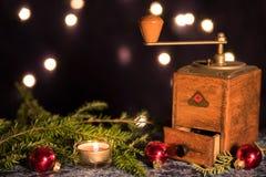 与老磨咖啡器的圣诞节 免版税库存图片