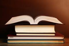 与老精装书书、日志在木甲板桌上和黑暗的背景的构成 回到学校 免版税库存照片