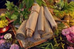 与老纸卷、蜡烛和医治草本的静物画 免版税图库摄影