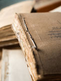 与老纸张文件的文件夹在档案里 库存照片
