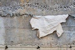 与老纸张的简单的灰色混凝土墙背景  库存图片