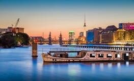 与老船击毁的柏林地平线在黄昏的狂欢河,德国 免版税库存照片