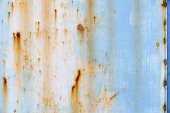 与老蓝色油漆的生锈的金属表面 库存图片