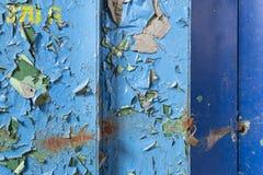 与老蓝色油漆的金属作为背景 免版税图库摄影