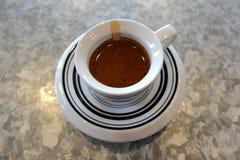 与老虎皮肤的浓咖啡咖啡 免版税库存照片