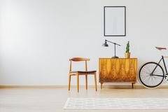 与老被恢复的家具的内部 图库摄影
