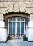 与老被破坏的窗口的脱离门面与装饰金属栅格 库存图片