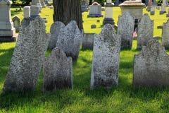 与老被风化的墓石和坟茔的平安的场面在革命战争公墓,萨利姆,纽约设置了, 2016年 免版税图库摄影