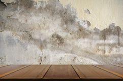 与老透视木头和恶化混凝土墙 库存图片