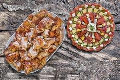 与老野餐木表难看的东西表面上设置的满盘的传统美味开胃菜盘唾液烤猪肉肉切片 库存照片