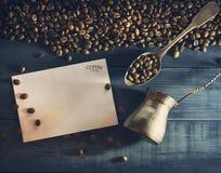 与老金属匙子的咖啡豆 图库摄影