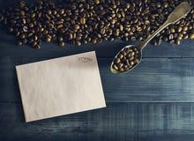 与老金属匙子的咖啡豆 免版税库存图片