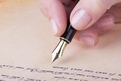 与老钢笔原稿的手文字 免版税库存照片