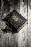 与老钥匙的圣经 库存图片