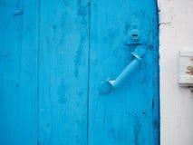 与老门把手的被绘的木门 免版税库存图片