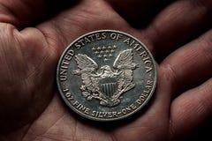 与老鹰的美国银元在手中 图库摄影