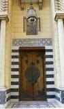 与老经典路灯柱的伊斯兰教的样式门 库存照片