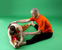 与老练的教练员的联合瑜伽锻炼 免版税库存图片