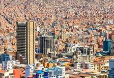 与老cath的Nuestra de拉巴斯夫人五颜六色的城市市中心 免版税图库摄影