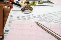与耐心健康信息的医疗静物画,心电图,药片,听诊器 免版税图库摄影