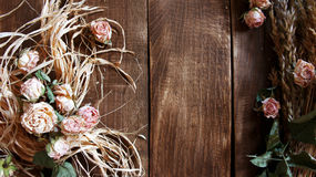 与耳朵的葡萄酒玫瑰在老木背景 免版税库存照片