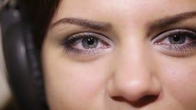 与耳机古芝的女孩眼睛 股票视频