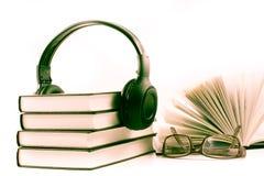 与耳机和眼镜的书 音频书概念 图库摄影