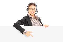 与耳机和话筒p的微笑的女性用户支持 免版税库存照片