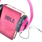 与耳机的圣经立场 库存图片