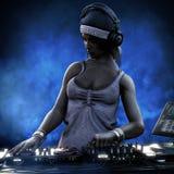 与耳机的女性俱乐部DJ和轮制表混合它在夜总会党在蓝色光下 库存照片