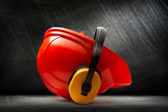 与耳机的红色安全帽 免版税图库摄影
