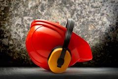 与耳机的红色安全帽 免版税库存图片