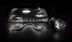 与耳机的老转盘 免版税库存照片