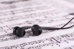 与耳机的音乐纸张 库存照片