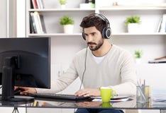 与耳机的年轻商人画象 免版税库存图片