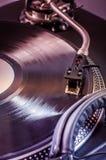 与耳机的Dj搅拌器在夜总会 hornsection仪器音乐零件萨克斯管 免版税库存照片