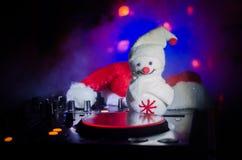与耳机的Dj搅拌器在黑暗的夜总会背景与圣诞树除夕 关闭新年元素或symb看法  库存照片