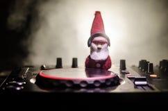 与耳机的Dj搅拌器在黑暗的夜总会背景与圣诞树除夕 关闭新年元素或symb看法  免版税图库摄影