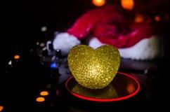 与耳机的Dj搅拌器在黑暗的夜总会背景与圣诞树除夕 关闭新年元素或symb看法  免版税库存图片