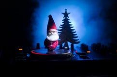 与耳机的Dj搅拌器在黑暗的夜总会背景与圣诞树除夕 关闭新年元素或symb看法  免版税库存照片