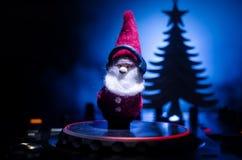 与耳机的Dj搅拌器在黑暗的夜总会背景与圣诞树除夕 关闭新年元素或symb看法  图库摄影
