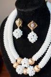 与耳环的白色和金黄项链小珠36 免版税库存照片
