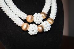 与耳环的白色和金黄项链小珠35 免版税库存图片