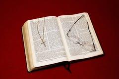 与耶稣受难象的圣经 库存照片