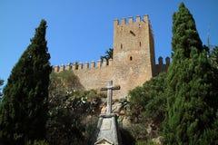 与耶稣受难象的城堡在前面 库存图片