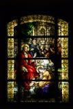 与耶稣基督的彩色玻璃在一个天主教会里 免版税图库摄影