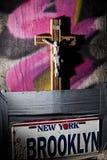 与耶稣基督雕象的木基督徒十字架 免版税库存图片