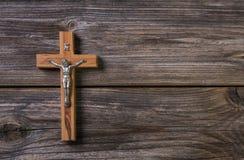 与耶稣的木十字架讣闻的背景的 免版税库存照片